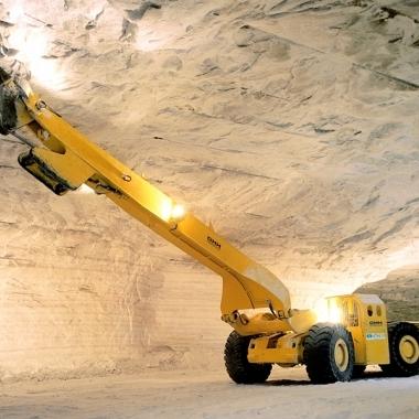 Kontrolliert: Die Beraubemaschine löst Gesteinsbrocken, die sich an den Decken oder Seitenwänden der Grube gelockert haben.