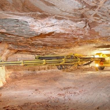 Punktgenau: Vor der Sprengung bohren computergesteuerte Bohrwagen Löcher in das Gestein, die anschließend mit Sprengstoff befüllt werden.