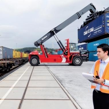International: Wir arrangieren den weltweiten Transport der Ladung vom Produktionsstandort zum Empfänger.