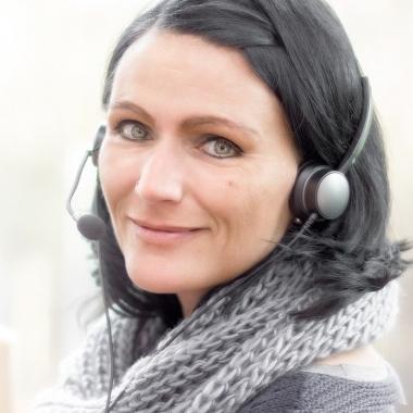 Ramona präsentiert, schreibt und kalkuliert online. Von der Idee, ihr Büro von überall erreichen zu können und immer die aktuellste Software zu nutzen, ist sie so überzeugt, dass sie diese Idee seit einem Jahr kleinen und mittelständischen Unternehmen präsentiert. Dabei ist Ramona eine Lösungsfinderin! Für jeden Kunden und für jede Ausgangssituation schafft sie die optimale Konfiguration des Online-Büros.