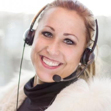 Jeanine ist eine Kundenbinderin. Sie begeistert die Kunden eines großen Mobilfunk-Anbieters mit Top-Angeboten zur Vertragsverlängerung. Außerdem macht Jeanine für ihre Kunden das Internet mobil und aus einem Handy eine allround Unterhaltungs- und Infotainment-Station – natürlich mit den passenden Tarifen. In einem schnellen Markt, wie der Mobilfunk-Branche, freut sie sich stets über neue und innovative Produkte.
