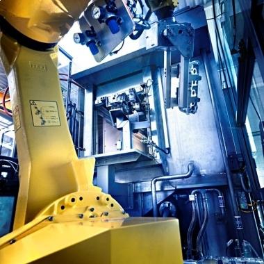 Be- und Entladung einer industriellen Reinigungsanlage