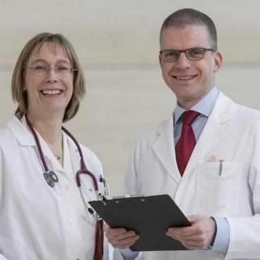 Spannend und herausfordernd - das Berufsbild des ias-Arbeitsmediziners  Karriere in der Präventivmedizin? Krankheitsbilder verhindern, bevor sie entstehen? Entdecken Sie täglich aufs Neue das herausfordernde Aufgabenfeld der Arbeitsmedizin bei der ias!  Rund 1.200 interdisziplinäre Kolleginnen und Kollegen an 130 Standorten – hier Dr. Katharina Drews und Dr. Michael Drees  – freuen sich auf Sie!