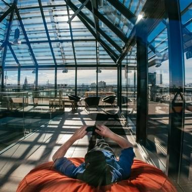 Ob Mittagessen mit Alpenpanorama oder BBQ - unsere Dachterrasse in München ist perfekt für Pausen oder um den Arbeitstag mit Kollegen ausklingen zu lassen.