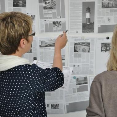 CvD und Anzeigenbereich besprechen die Platzierung der Anzeigen in der Zeitung