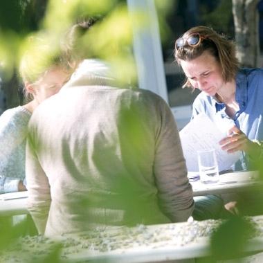 Meetings und Mittagessen finden wann immer möglich im Freien statt.