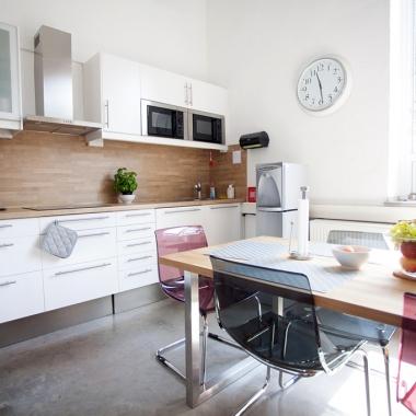 Jede unserer beiden Büroetagen verfügt über eine vollständig ausgestattete Küche, die allen Mitarbeitern zur Verfügung steht.