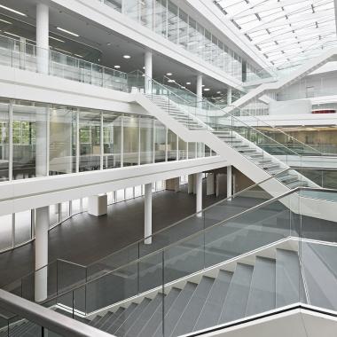 Das Atrium - so sieht es von innen aus. Sehr hell und offen gestaltet, mit vielen Kommunikationspunkten, um teamübergreifenden Meinungsaustausch zu gewährleisten.
