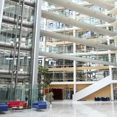 Der Eingangsbereich des Boehringer Ingelheim Centers, der architektonische und funktionale Mittelpunkt des Gebäudes ist eine 33 Meter hohe und 1.000 Quadratmeter große Halle