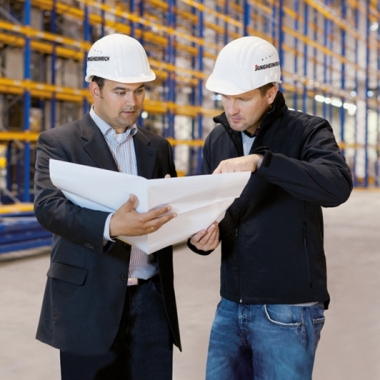 Mitarbeiter im Bereich Logistiksysteme