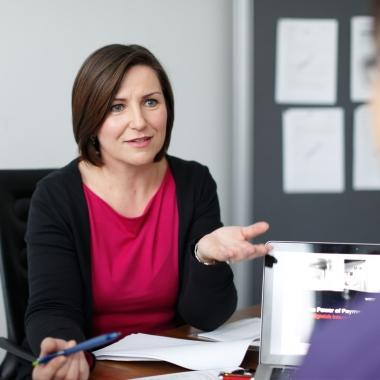 """""""Ich liebe dieses kollegiale, offene Arbeiten im Team. Wir halten zusammen"""", sagt Anne P. aus dem Wirecard-Sales Team."""