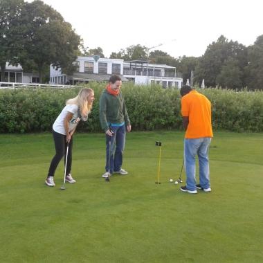 Mitarbeiter der Talentschmiede beim Golfen.