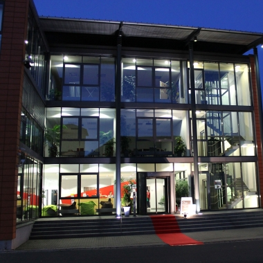 infoteam Gebäude in Bubenreuth bei Erlangen. Bei uns erwartet dich ein moderner Arbeitsplatz und flexible Arbeitszeiten.