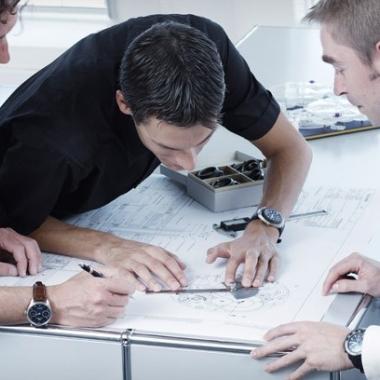 —Bei der Entwicklung einer neuen Uhr arbeiten Designer und Ingenieure eng zusammen