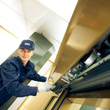 Blick fürs Detail – Türen-Servicetechniker