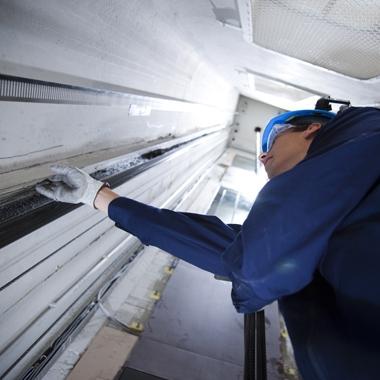 Montagearbeiten an einem Aufzugsschacht
