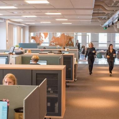 Unsere Büros sollen ein Ort der Inspiration sein und gleichzeitig unseren Mitarbeitern die bestmöglichen Voraussetzungen bieten, ihre Arbeit gut und gerne zu tun.