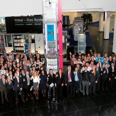 """Studenten und Auszubildende der Friedhelm Loh Group bei der Ergebnisspräsentation des Workshops """"Gnadenthal"""" zusammen mit dem Unternehmenseigentümer"""