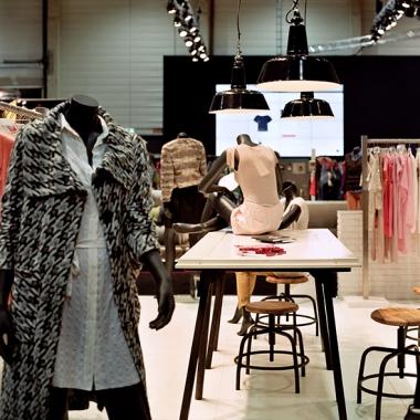 Erlebbarer Markenraum: Die Mode-Plattform KeenOn von Otto wird von MIKS mit einem Showroom auf Roadshow inszeniert.