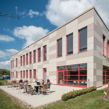 Ettlinger Firmensitz mit moderner Architektur, die nicht ganz zufällig an einen Karton erinnert