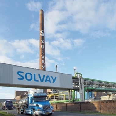 Ernst Solvay erfand vor über 150 Jahren ein umweltfreundliches und resourcenschonendes Verfahren, um Soda herzustellen. Bis heute nutzen Sodafabriken das Solvay-Verfahren, z. B. in Rheinberg und Bernburg.