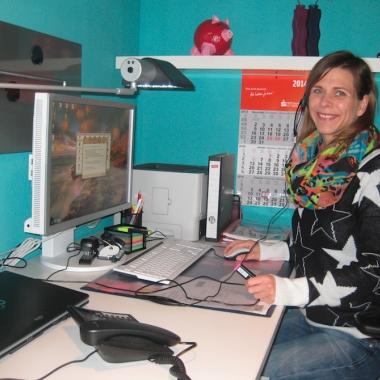 Eine Mitarbeiterin an ihrem Telearbeitsplatz