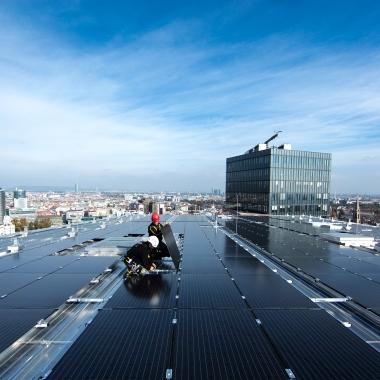 """Bei der Montage des BürgerInnen Solarkraftwerks auf dem Einkaufszentrum """"The Mall"""" im 3. Bezirk.   (c) Wien Energie/ Ian Ehm"""