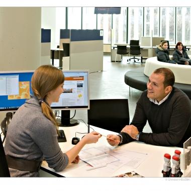 Beim persönlichen Kundengespräch in der Wien Energie-Welt Spittelau.   (c) Wien Energie/ Christian Houdek