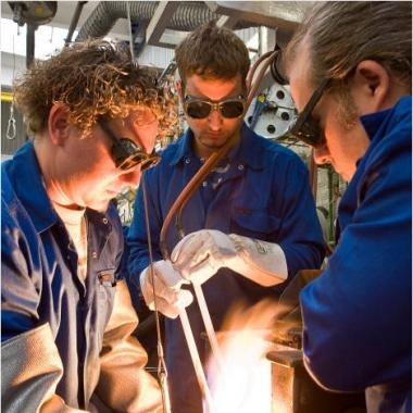 In der Edelmetallschmelze werden heißglühende Edelmetalle in kiloschwere Barrenformen gegossen.