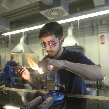 Yunus-Emre Özenc absolviert eine Ausbildung zum Glasapparatebauer. Er kann dort sowohl kreativ als auch handwerklich arbeiten.