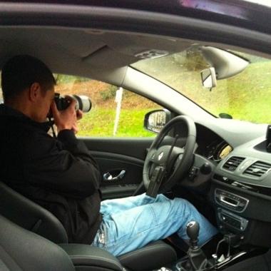 Detektiv im Einsatzfahrzeug im Einsatz
