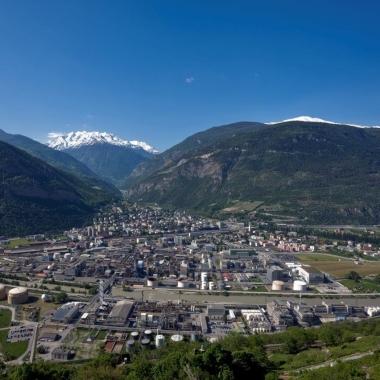 Blick auf das Werk Visp. Im Hintergrund das Saasertal und Mattertal, welche zu den weltbekannten Ski-Destinationen Saas-Fee und Zermatt führen.