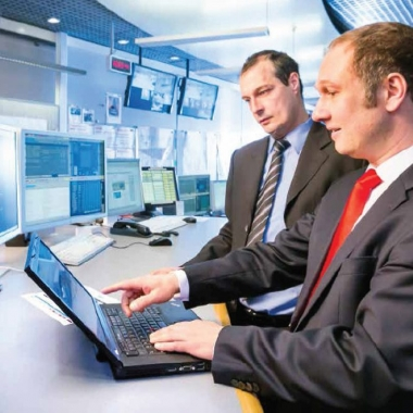 TÜViT sorgt für Datensicherheit: In der Rolle des Hackers deckt Christian Freckmann (vorn) für den Verteilnetzbetreiber Rhein-Main-Neckar mögliche Sicherheitslücken in der IT auf © TÜV NORD ...