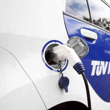 Alle gängigen Elektrofahrzeuge können an der eSTATION in Hannover kostenfrei mit Solarstrom aufgeladen werden © TÜV NORD GROUP