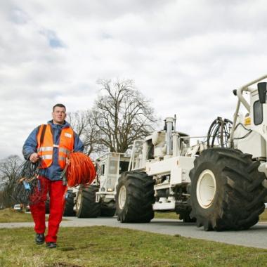 Explorationsequipment: Vibratorfahrzeuge im Einsatz als seismische Quellen für die zerstörungsfreie Erkundung des Untergrundes © DMT, Essen