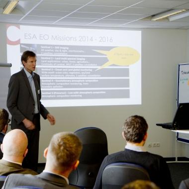 Wir vernetzen uns und halten Vorträge. Hier spricht Christian Federspiel vor dem oberösterreichischen IT-Cluster.