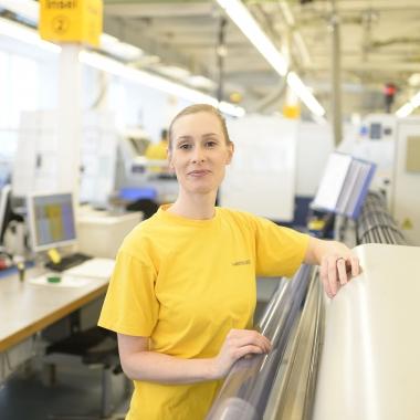Cecilia Strüber arbeitet als Zerspanungsmechanikerin bei Heraeus Medical Components  und formt Bauteile für medizinische Produkte aus Edelmetallen.
