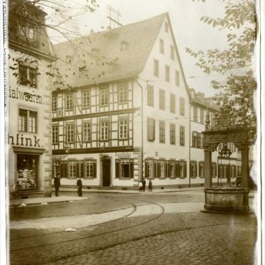 Alles begann 1851 in der Einhorn Apotheke in Hanau: Wilhelm Carl Heraeus gelang es zwei Kilogramm Platin in der Knallgasflamme zu schmelzen.