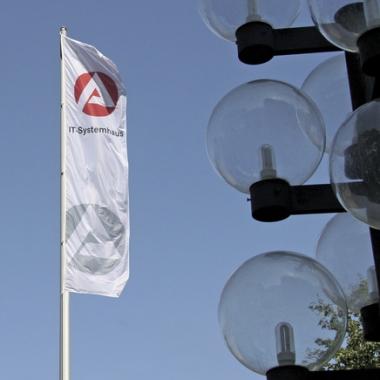 Hauptsitz: Nürnberg; IT-Mitarbeiter/-innen: 2.100; Vernetzte PC: 160.000; Server: 9.000 (davon 2.800 virtuell); eigene IT-Verfahren: 120