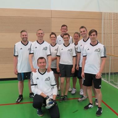Die MDK-Kicker aus dem Pflege- und Verwaltungsbereich mit sportlicher Unterstützung aus deren familiärem Umfeld beim Benefiz-Fußballturnier in Lostau.