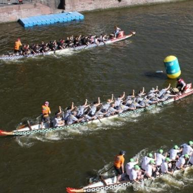 Das SCHUFA-Drachenboot Team bei einer Regatta.