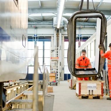 In der Werkstatt werden grosse Teile bewegt - zum Glück können wir uns dabei aufeinander verlassen