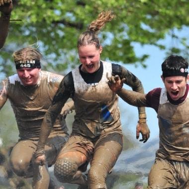 """Teamgeist abseits der """"IT-Piste"""" … egal ob sich beim Spartan Race richtig schmutzig machen …"""