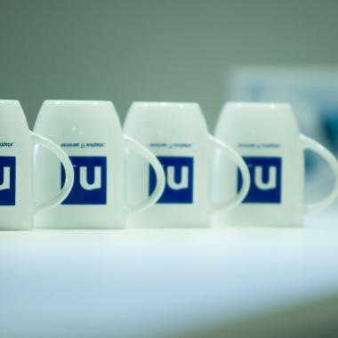 Im Netlution Office wartet für jeden eine Tasse. Darf es eher Kaffee oder Tee sein?