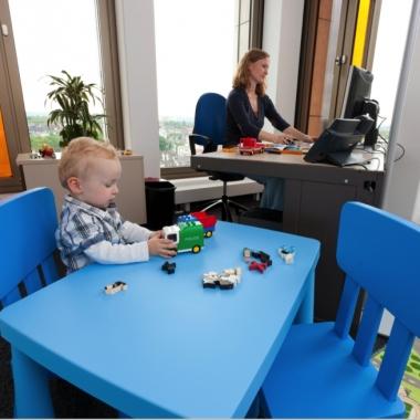 Das Eltern-Kind-Büro bietet unseren Mitarbeiter/-innen die Möglichkeit, ihr Kind bei fehlender Betreuungsmöglichkeit mit ins Büro zu nehmen. Das vollausgestaltete Büro bietet eine gemütliche ...