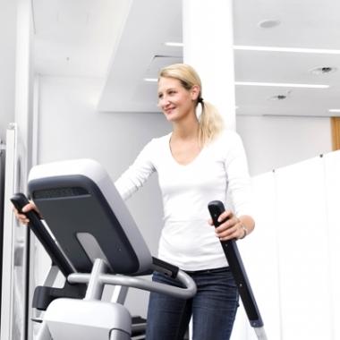 In unserer Turnhalle kann man sich nach der Arbeit bei verschiedenen Sportkursen auspowern. An den Cardiogeräten trainieren unsere Mitarbeiter/-innen auch gerne in der Mittagspause.