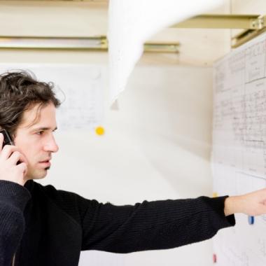 Marcel Hurni, Signalingenieur Infrastruktur, bei der Klärung einer der vielen anspruchsvollen Fragestellungen innerhalb seines Projektes