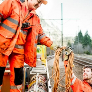 Auf dem Gleis und neben dem Gleis - wir arbeiten Hand in Hand