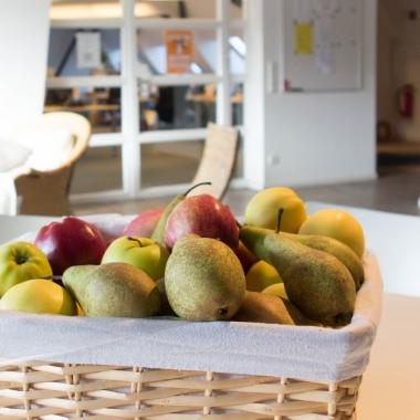 Frisches Obst, auf jeder Etage. Täglich frisch und kostenfrei.