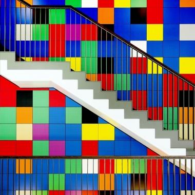"""Bunt und modern: Das Kunstwerk die """"Lieblingsfarben der Niedersachsen"""" ist Teil des Kunstkonzept der VGH und bereichert den Arbeitsalltag in der Direktion in Hannover."""